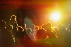 Aglomere-se em um concerto em uma luz vermelha Imagens de Stock Royalty Free