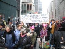 Aglomere-se na 6a avenida, feminista Intersectional orgulhosa, ` s março das mulheres, Midtown, Manhattan, NYC, NY, EUA Fotografia de Stock
