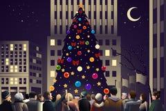 Aglomere-se na cidade perto da árvore de Natal iluminada grande Fotos de Stock