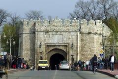 Aglomere-se na ponte na frente da fortaleza em Nis - Sérvia imagens de stock royalty free