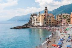 Aglomere-se na praia de Camogli durante uma tarde ensolarada Foto de Stock Royalty Free