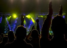 Aglomere-se no concerto da música, silhuetas dos povos backlit por luzes da fase imagens de stock royalty free