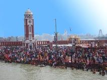 Aglomere-se no ghat de Haridwar Ganges, turismo religioso fotos de stock royalty free