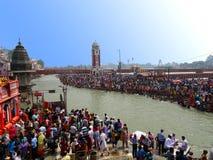 Aglomere-se no ghat de Haridwar Ganges, turismo religioso foto de stock