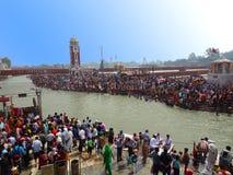 Aglomere-se no ghat de Haridwar Ganges, turismo religioso imagem de stock