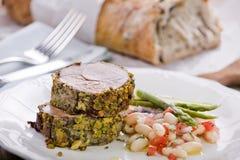 Agneau en croûte de pistache avec de la salade d'haricot de cannellini Photos libres de droits