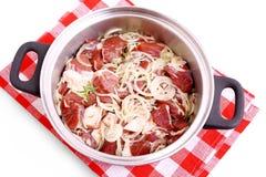Agneau mariné à l'oignon, aux épices et aux herbes en faisant cuire le pot Images stock