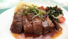 Agneau rôti avec de la purée de pommes de terre et des légumes photo stock
