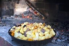 Agneau sous une Bell de cuisson photo libre de droits