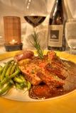 Agnelez le dîner d'entrée avec du vin dans un restaurant dinant fin Photographie stock libre de droits