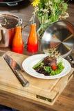 Agnelez les nervures juteuses délicieuses d'agneau de nervures sur des légumes de gril avec le souce Photographie stock libre de droits