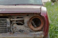 Agnello del faro dell'automobile arrugginita abbandonata Fotografia Stock