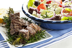 Agnello Kebabs con insalata greca Fotografia Stock