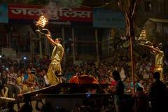 Agni Pooja en Dashashwamedh ghat principal y más viejo de Ghat - de Varanasi Fotos de archivo libres de regalías