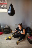 Agnieszka Niestoj -有天才的波兰与教练的拳击手durning的拳击训练在健身房 克拉科夫波兰 免版税库存图片