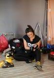 Agnieszka Niestoj - durning Verpackentraining des begabten polnischen Boxers mit Trainer in der Turnhalle Krakau, Polen Lizenzfreies Stockbild