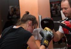 Agnieszka Niestoj - durning Verpackentraining des begabten polnischen Boxers mit Trainer in der Turnhalle Krakau, Polen Stockbilder
