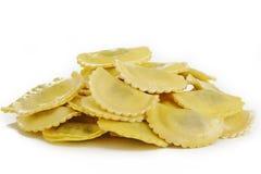 Agnolotti makaron faszerował z szpinaka i ricotta serem na bielu Zdjęcia Stock