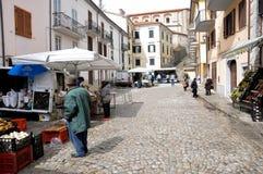 Уличный рынок на деревне Agnone стоковые изображения rf