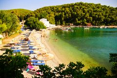Agnontas strand och fjärd på en solig dag, Grekland royaltyfri fotografi