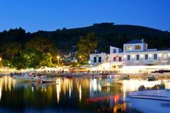 Agnontasstrand en baai bij nacht, Griekenland stock foto's