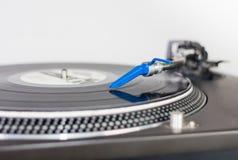 Ago del DJ su un'annotazione di vinile fotografia stock libera da diritti