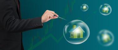 Ago del foro della mano con la casa nella bolla Immagine Stock Libera da Diritti