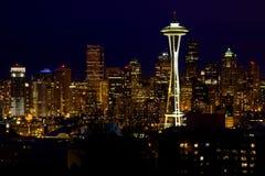 Ago dello spazio dell'orizzonte di Seattle alla notte Immagini Stock