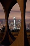 Ago dello spazio e orizzonte di Seattle incorniciato Fotografia Stock Libera da Diritti