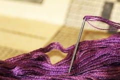 Ago e filo di seta porpora del filo di seta, fine immagine stock