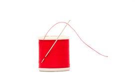 Ago e filo nel rosso Fotografie Stock