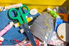 Ago, filo e forbici, oggetti di cucito Fotografia Stock Libera da Diritti