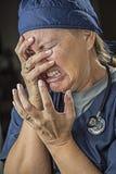 Agonizzare gridando medico o infermiere femminile Fotografia Stock Libera da Diritti