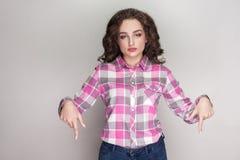 Agora e aqui menina bonita séria com a camisa quadriculado cor-de-rosa, imagens de stock