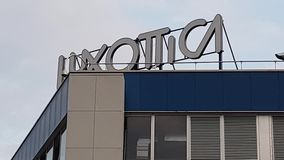 Agordo BL, Италия, 1-ое августа 2018, объект Luxottica главным образом итальянский акции видеоматериалы