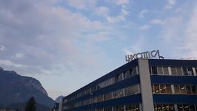 Agordo BL, Италия, 1-ое августа 2018, объект Luxottica главным образом итальянский видеоматериал