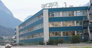 Agordo BL, Италия, 1-ое августа 2018, объект Luxottica главным образом итальянский сток-видео
