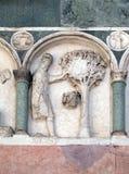 Agosto, detalle del bajo-alivio que representa el trabajo de los meses del año, catedral en Lucca, Italia Imágenes de archivo libres de regalías
