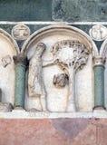 Agosto, detalle del bajo-alivio que representa el trabajo de los meses del año, catedral en Lucca, Italia Fotos de archivo libres de regalías