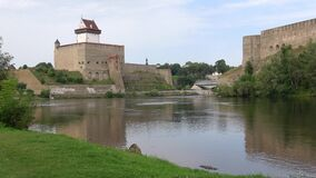 Agosto en el río Narva de la frontera La frontera de Estonia y de Rusia metrajes