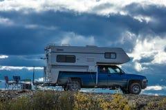 26 agosto 2016 - estate che si accampa con il campeggiatore nell'Alaska Immagini Stock Libere da Diritti