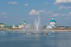 7 agosto 2016: Foto della baia di Ceboksary con una fontana La gente Fotografia Stock Libera da Diritti