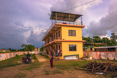 30 agosto 2014 - i bambini si dirigono in Sauraha, Nepal Fotografia Stock