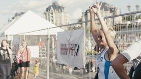 27 agosto 2016, Kazan, Russia - dancing attraente della ragazza di sport, concorrenza di triathlon dell'aria aperta archivi video
