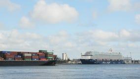 AGOSTO, 5, 2017 KLAIPEDA, LITUÂNIA Navio de cruzeiros de Mein Schiff 6 e Flottbek - navio de recipiente no porto de Klaipeda video estoque