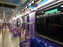 30 agosto, Kuala Lumpur Il dexoratio interno in treno di LRT con progettazione grafica Immagine Stock Libera da Diritti