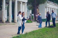 24 agosto 2017 l'Ucraina, chiesa bianca Due ragazze fanno il selfie sulle rovine del telefono cellulare vicino Immagini Stock