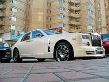 25 agosto 2010 L'Ucraina - Kiev Rolls Royce bianca Phantom Mansory Conquistador nel parcheggio fotografia stock