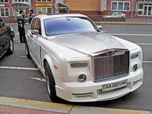 25 agosto 2010 L'Ucraina - Kiev Rolls Royce bianca Phantom Mansory Conquistador nel parcheggio fotografie stock