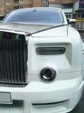 25 agosto 2010 L'Ucraina - Kiev Rolls Royce bianca Phantom Mansory Conquistador nel parcheggio immagine stock